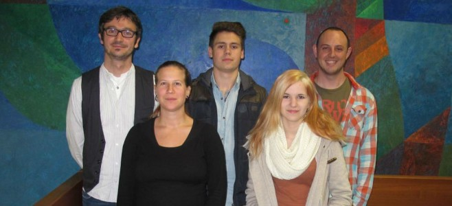 Von links: Herr Kestler, Frau Kafka (Verbindungslehrer), Raphael Kiesewetter, Carolin Kern, Jan-Michael Sperling (Schülersprecher)