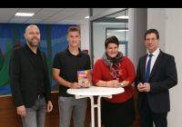 v. l. n. r.: Patrick Wagner (Abteilungsleiter Duale Bildungsgänge); Julian Baumann (Auszubildender ebm-papst), Katharina Römer (Koordinatorin internationale Projekte), Gerald Bollgönn (Schulleiter)